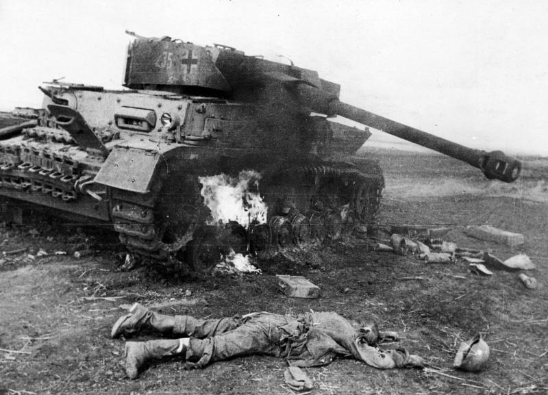 Горящий немецкий танк Pz. IV и убитый немецкий солдат